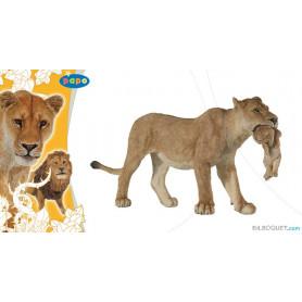 Lionne avec lionceau